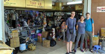 Anh em DIY đến từ Mỹ tham quan chợ Nhật Tảo
